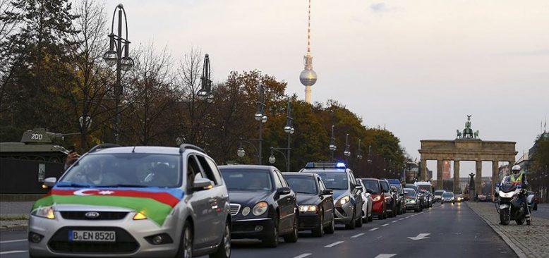 Azerbaycan'ın Dağlık Karabağ zaferi Berlin'de araç konvoyuyla kutlandı