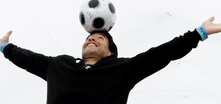 Efsanevi Futbolcu Maradona Hayatını Kaybetti