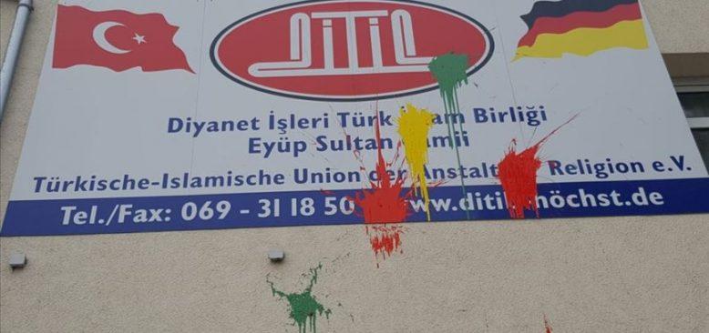Bir cami duvarına boya atıldı, diğerinde hırsızlık girişimi oldu