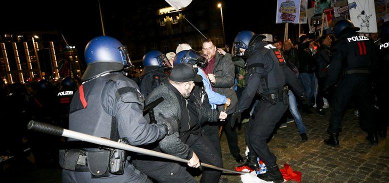 Almanya'da Kovid-19 önlemleri protesto edildi