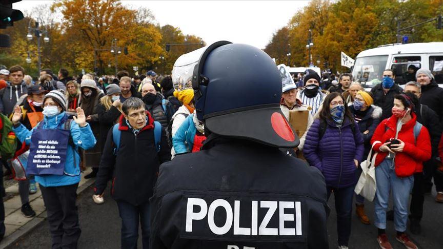 Berlin'de Kovid-19 politikasına karşı yapılan gösteriye polis müdahalesi