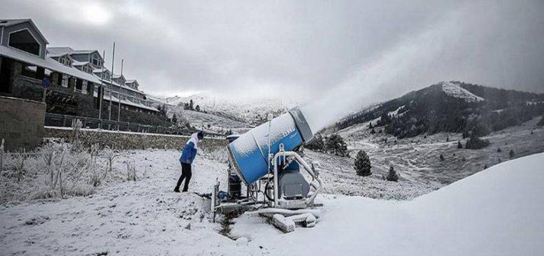 'Beyaz örtüye hasret' Uludağ'da pistlere suni kar yağdırılıyor
