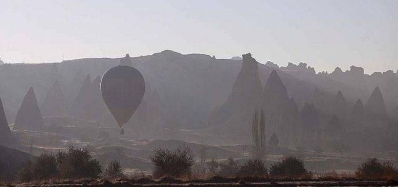 Kapadokya'da sis ve balonlar masalsı görüntü oluşturdu