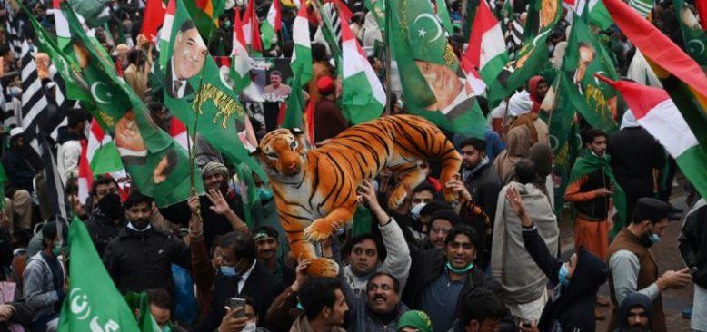 Pakistan'da Binlerce Kişilik Mitingle Başbakan Khan'a İstifa Çağrısı