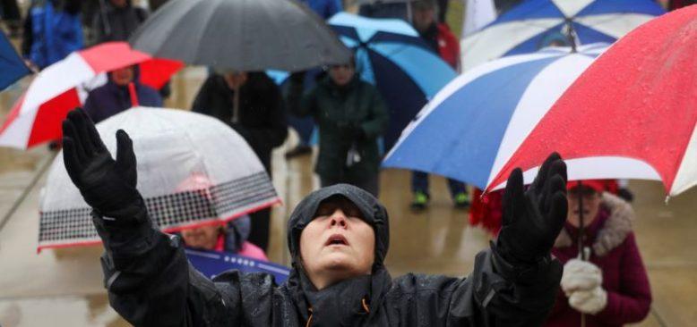 Trump Destekçilerinden Dualı Protesto Eylemi