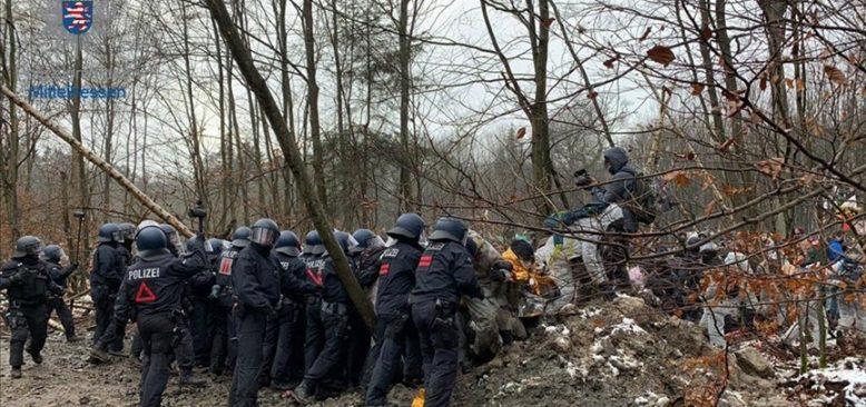 Almanya'da eylem yapan çevrecilere polis müdahalesi