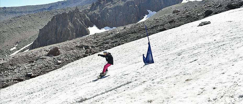 Erciyes'te pistler kayakseverlerle doldu