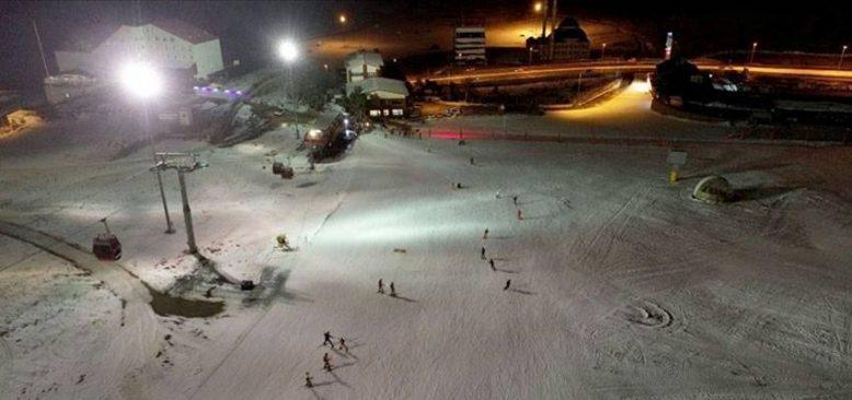 Erciyes'te turistler 'gece kayağı' ile eğleniyor