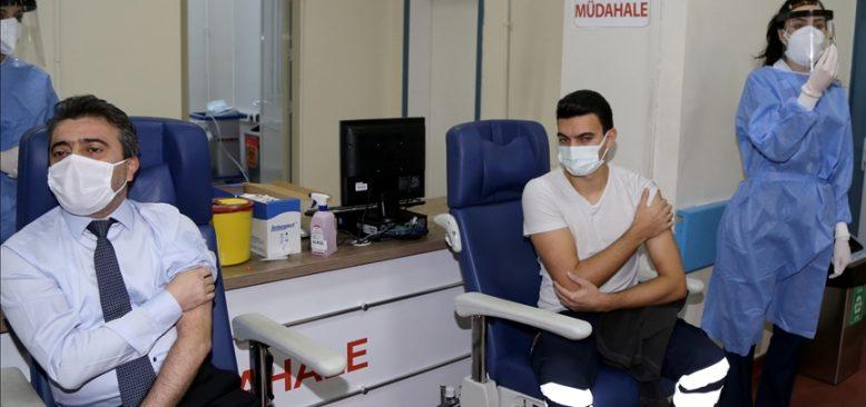 Kovid-19 aşısının uygulanmasına mücadelenin kahramanlarıyla başlandı