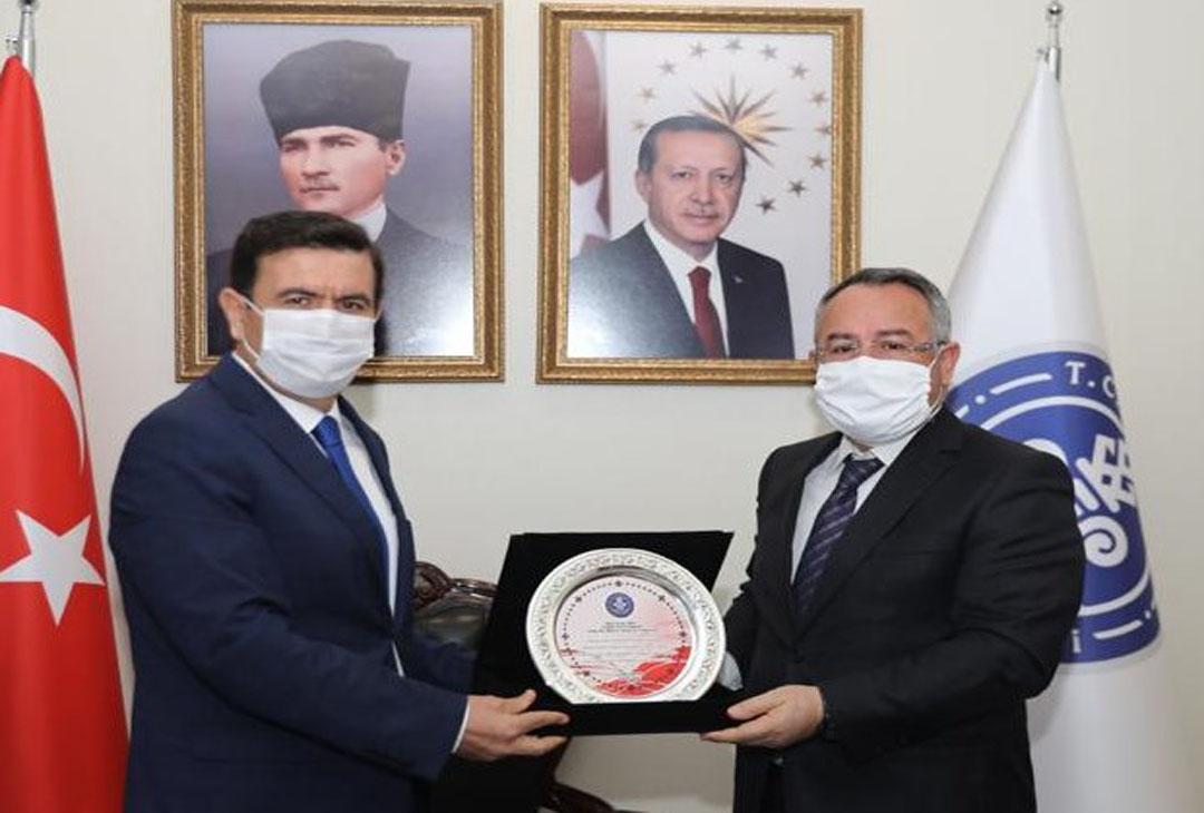 Burdur'da vergi rekortmenlerine plaket verildi