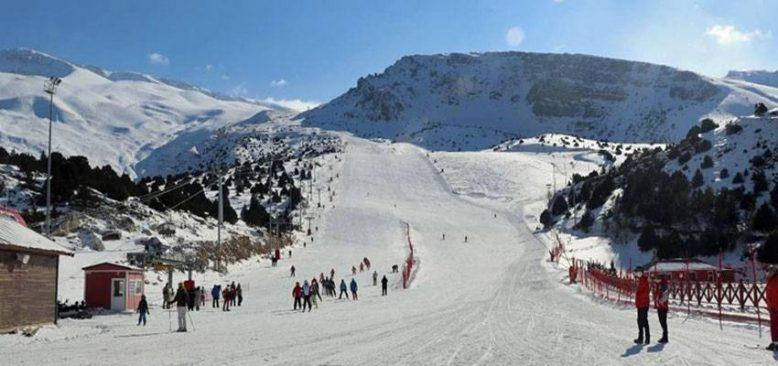 Kısıtlamadan muaf tutulan turistler Ergan Dağı Kayak Merkezi'nin keyfini çıkardı