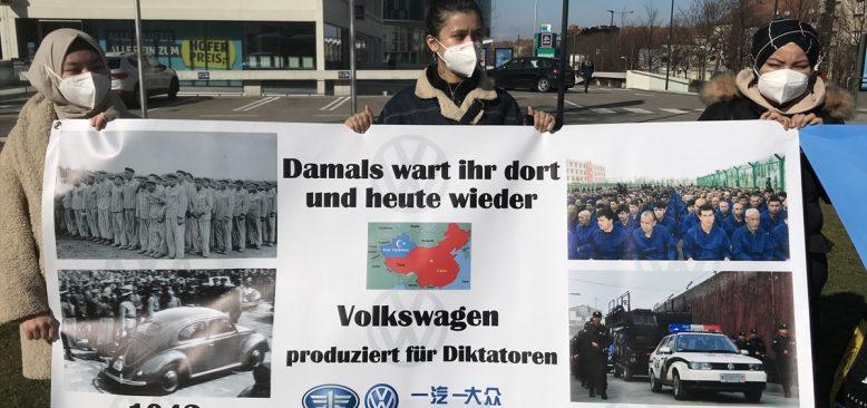Avusturya'da Uygur Türkleri, otomobil üreticisi Volkswagen firmasını protesto etti