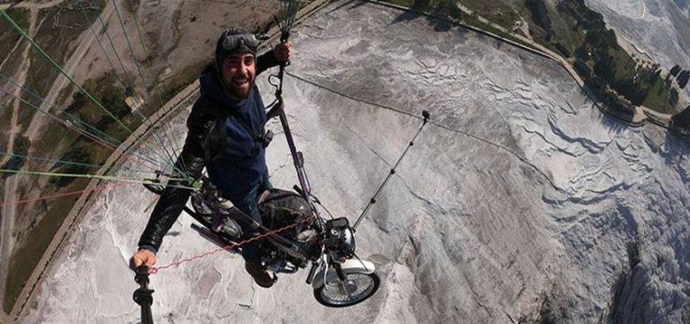 Yamaç paraşütü pilotu, paraşütüne bağladığı motosikletle Pamukkale´de uçuş yaptı