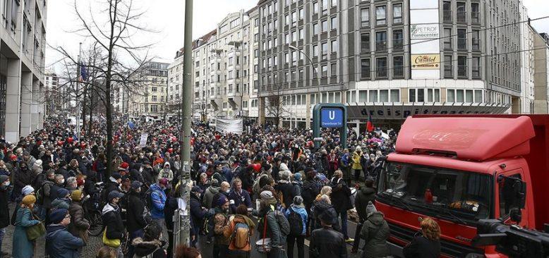 Almanya'nın birçok kentinde Kovid-19 önlemleri protesto edildi