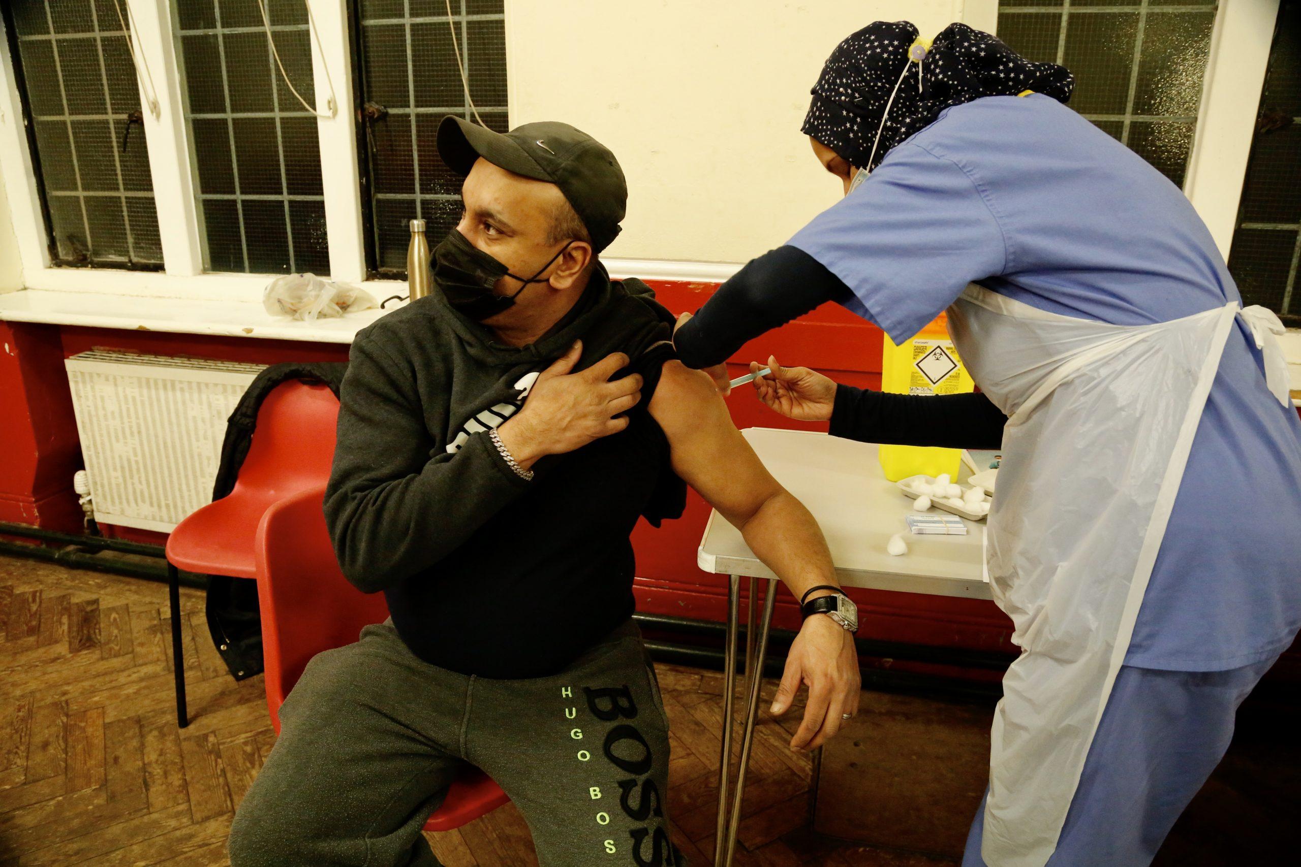 İngiltere'de iftardan sonra hizmet veren aşı merkezleri açıldı