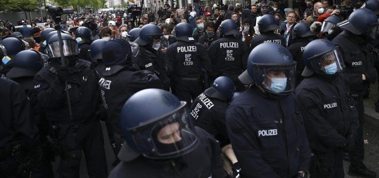 Almanya'da Kovid-19 tedbirlerini protesto gösterisinde çok sayıda kişi gözaltına alındı