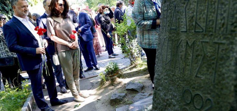 Nazım Hikmet Moskova'daki mezarı başında anıldı