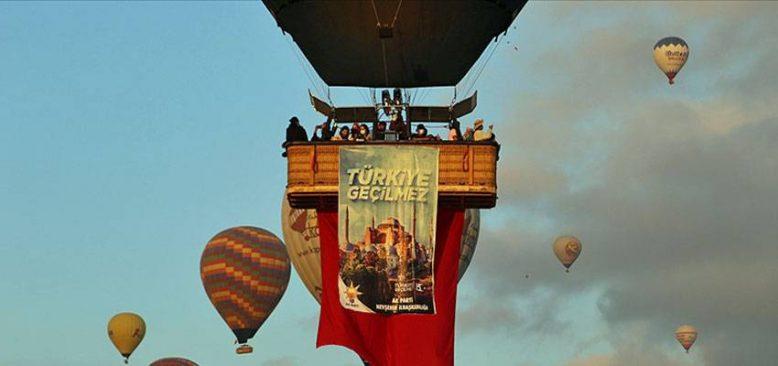 Kapadokya'da balonlar 15 Temmuz nedeniyle Türk bayrağı ve pankartlarla havalandı