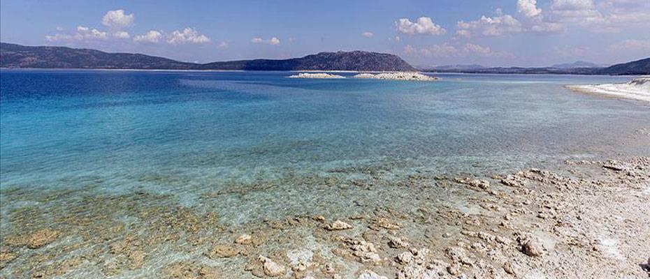 Salda Gölü'nde bayram tatili yoğunluğu yaşanıyor