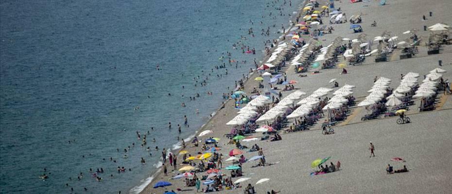 Antalya ve Muğla'da tatilciler sahillerde yoğunluk oluşturdu