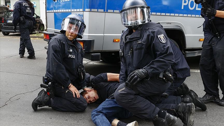 Alman polisi, göstericilere sert müdahale etti