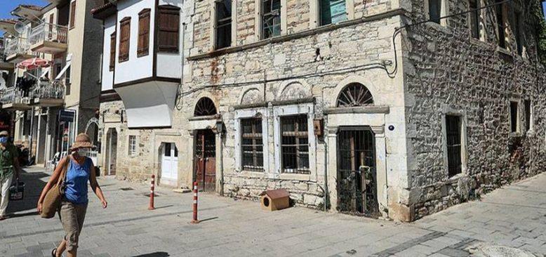 Yıllara meydan okuyan Foça'nın asırlık taş evleri ilçenin tanıtımına katkı sunuyor