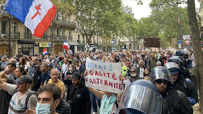 Fransa'da Kovid-19 politikası karşıtı gösteriler devam etti