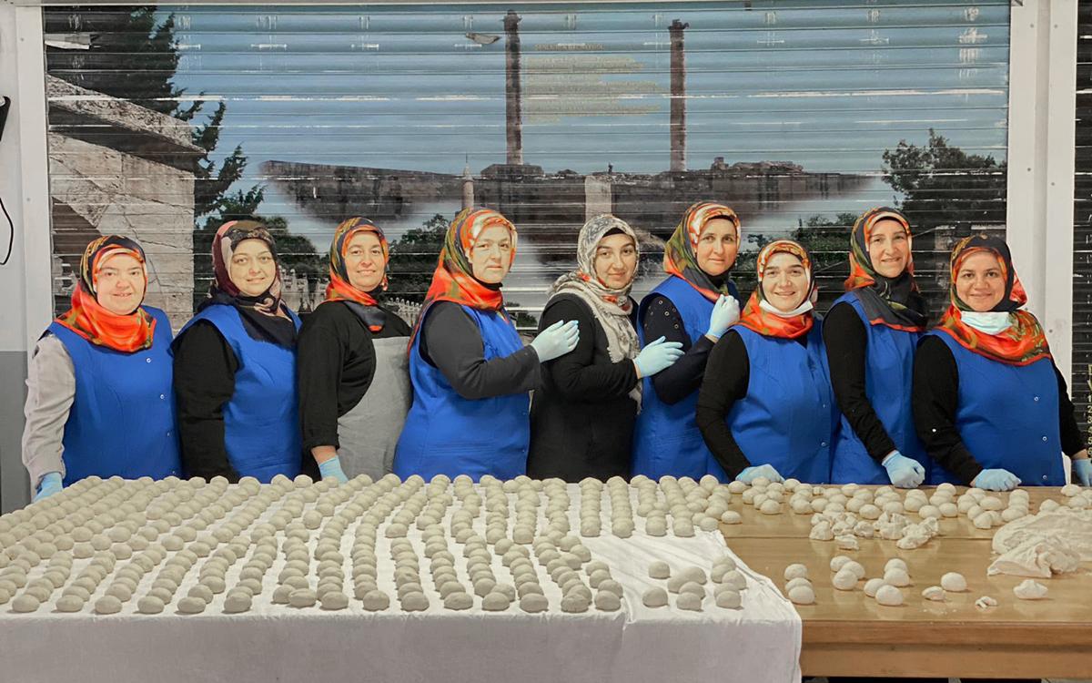 Kadınlar lahmacun satarak selzedelere destek oldu