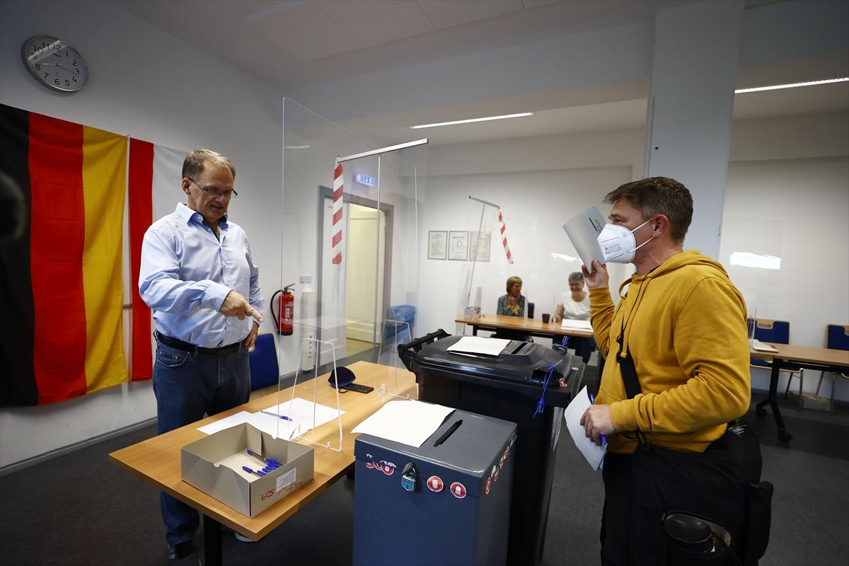 Almanya'da seçmenler sandık başına gitti