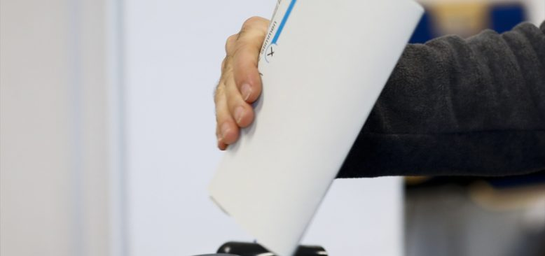 Almanya'daki genel seçimde ilk sandık  sonuçlarına göre CDU/CSU ile SPD yüzde 25'er oy aldı