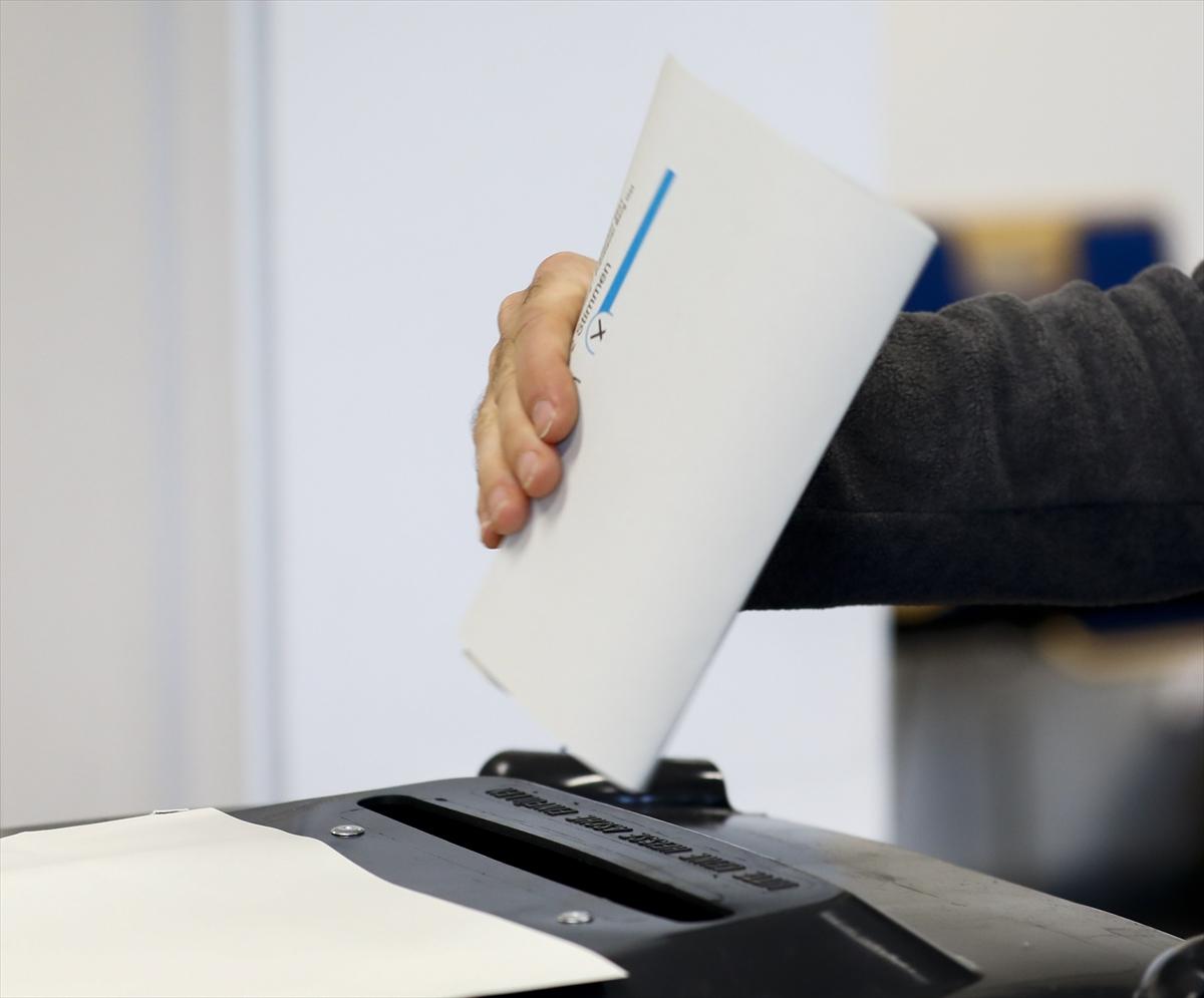 Almanya'daki genel seçimde ilk sandık  sonuçlarına göre CDU/CSU 24,6, SPD yüzde 25,2 oy aldı