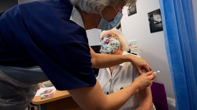 İngiltere'de aşı 112 binden fazla ölümü önledi