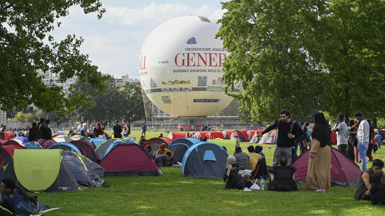 Evsizler Paris Valiliği önünde çadır kurdu