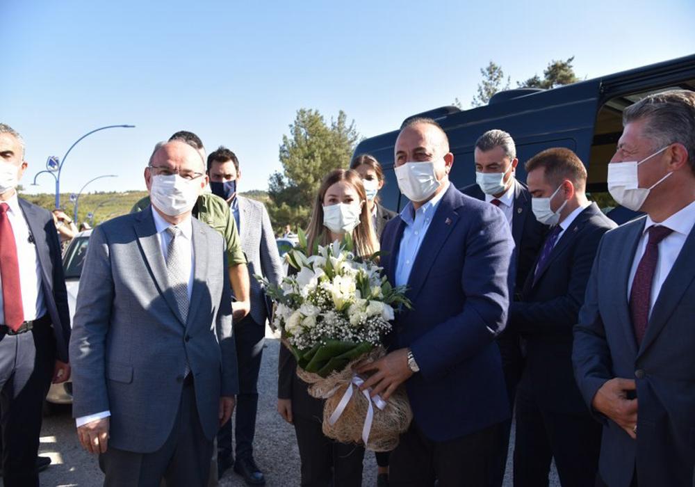 """Mevlüt Çavuşoğlu """"Manisa'da yağlı pehlivanları"""" izledi"""