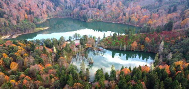 Doğa harikası Borçka Karagöl ziyaretçilerini sonbahar renkleriyle ağırlıyor