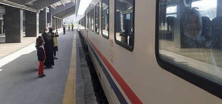 Doğu Ekspresi yolcularına her mevsim manzara eşliğinde seyahat imkanı sunuyor