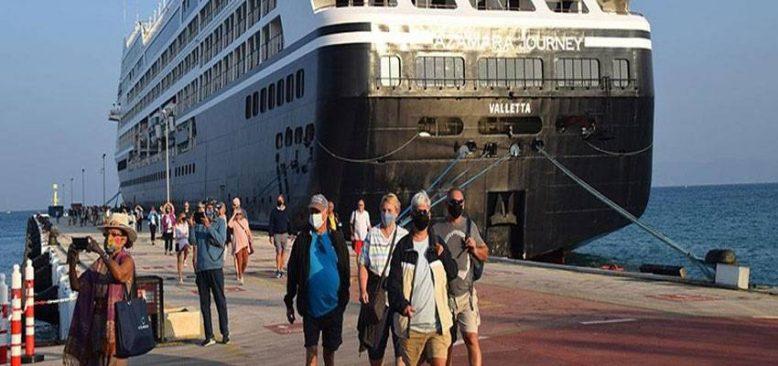 Kuşadası 'yüzen oteller'i ağırlamaya devam ediyor